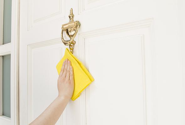 How to clean an ordinary home door?